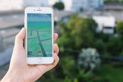 Μπανγκόκ, Ταϊλάνδη - 6 Αυγούστου 2016: Εκμετάλλευση Apple iPhone6s χεριών Στοκ Εικόνες