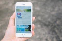 Μπανγκόκ, Ταϊλάνδη - 6 Αυγούστου 2016: Εκμετάλλευση Apple iPhone6s χεριών Στοκ εικόνες με δικαίωμα ελεύθερης χρήσης