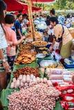 Μπανγκόκ, Ταϊλάνδη - 17 Ιανουαρίου 2015: Μη αναγνωρισμένοι ταϊλανδικοί πωλητές Στοκ φωτογραφία με δικαίωμα ελεύθερης χρήσης