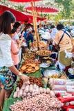 Μπανγκόκ, Ταϊλάνδη - 17 Ιανουαρίου 2015: Μη αναγνωρισμένοι ταϊλανδικοί πωλητές Στοκ εικόνα με δικαίωμα ελεύθερης χρήσης