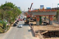 Μπανγκόκ Ταϊλάνδη 2 Μαρτίου 2014: Η ομάδα οικοδόμων στηρίζεται το νέο σταθμό τρένου ουρανού στον τοπικό δρόμο, Μπανγκόκ, Ταϊλάνδη Στοκ Εικόνα