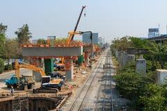 Μπανγκόκ Ταϊλάνδη 2 Μαρτίου 2014: Η ομάδα οικοδόμων στηρίζεται το νέο σταθμό τρένου ουρανού στον τοπικό δρόμο, Μπανγκόκ, Ταϊλάνδη Στοκ Φωτογραφία