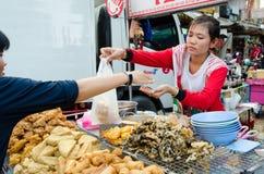 Μπανγκόκ, Ταϊλάνδη: Πωλώντας τρόφιμα γυναικών Στοκ Φωτογραφία