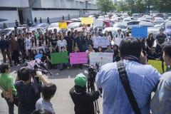 Μπανγκόκ, Ταϊλάνδη: Στις 31 Αυγούστου 2016 - ο δημοσιογράφος κάνει τις ειδήσεις με το χρήστη αυτοκινήτων της διάβασης στην Ταϊλάν Στοκ Εικόνες