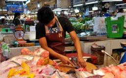 Μπανγκόκ, Ταϊλάνδη: Ψάρια τεμαχισμού ατόμων στην αγορά Στοκ εικόνες με δικαίωμα ελεύθερης χρήσης