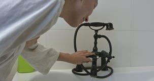Μπανιέρα πλήρωσης ρευμάτων νερού απόθεμα βίντεο