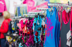 Μπανιερά και bikinis στις στάσεις στην υπεραγορά Στοκ φωτογραφία με δικαίωμα ελεύθερης χρήσης