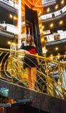 Μπαρμπάντος, Μπαρμπάντος - 11 Μαΐου 2016: Το εσωτερικό λόμπι στο κρουαζιερόπλοιο ελευθερίας καρναβαλιού είναι έτοιμο για τους του Στοκ φωτογραφία με δικαίωμα ελεύθερης χρήσης