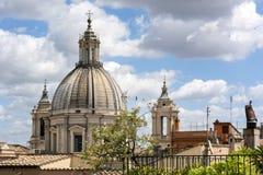 Μπαρόκ θόλος και σύννεφα εκκλησιών στη Ρώμη Στοκ Φωτογραφίες