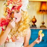 Μπαρόκ ξανθή γυναίκα μόδας που τρώει το dona Στοκ Εικόνες