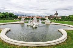Μπαρόκ πηγή στον κήπο πανοραμικών πυργίσκων στη Βιέννη, Αυστρία στοκ φωτογραφία