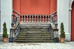 Μπαρόκ σκάλα στο προαύλιο του πρώην κολλεγίου του Jesuits στοκ φωτογραφίες με δικαίωμα ελεύθερης χρήσης
