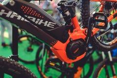 Μπαταρία και μηχανή των ηλεκτρικών σύγχρονων τεχνολογιών ποδηλάτων και της προστασίας του περιβάλλοντος στις οδούς της πώλησης πό Στοκ φωτογραφία με δικαίωμα ελεύθερης χρήσης