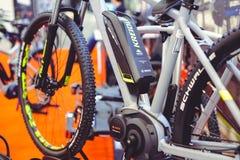 Μπαταρία και μηχανή των ηλεκτρικών σύγχρονων τεχνολογιών ποδηλάτων και της προστασίας του περιβάλλοντος στις οδούς της πώλησης πό Στοκ εικόνες με δικαίωμα ελεύθερης χρήσης