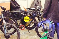 Μπαταρία και μηχανή των ηλεκτρικών σύγχρονων τεχνολογιών ποδηλάτων και της προστασίας του περιβάλλοντος στις οδούς της πώλησης πό Στοκ Εικόνες