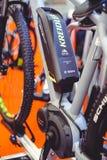 Μπαταρία και μηχανή των ηλεκτρικών σύγχρονων τεχνολογιών ποδηλάτων και της προστασίας του περιβάλλοντος στις οδούς της πώλησης πό Στοκ Εικόνα