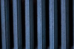 Μπαταρία χυτοσιδήρων, παλαιά, χρωματισμένη παλαιά μπαταρία χυτοσιδήρων στο μπλε χρώμα Στοκ φωτογραφίες με δικαίωμα ελεύθερης χρήσης