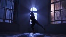 Μπαλέτο άσκησης κοριτσιών Ballerina στο στούντιο, σκιαγραφία σεληνόφωτου κίνηση αργή απόθεμα βίντεο