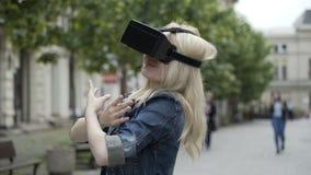 Μπαλέτο χορού κοριτσιών εφήβων που χρησιμοποιεί την εικονική πραγματικότητα googles απόθεμα βίντεο