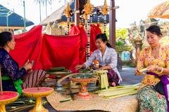 Μπαλί, Ινδονησία, στις 3 Μαΐου 2015 Οι από το Μπαλί γυναίκες κάνουν τις διακοσμήσεις Στοκ Φωτογραφία