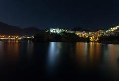 Μπαλί, νησί Κρήτη, Ελλάδα, - 21 Ιουνίου 2016: Τοπίο νύχτας με τα βουνά, τη θάλασσα και τα σπίτια του χωριού Μπαλί Στοκ εικόνες με δικαίωμα ελεύθερης χρήσης