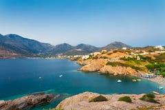 Μπαλί, νησί Κρήτη, Ελλάδα, - 21 Ιουνίου 2016: Τοπίο πρωινού με τα βουνά, τη θάλασσα και τα σπίτια του χωριού Μπαλί που βρίσκονται Στοκ Φωτογραφία
