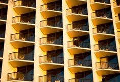 Μπαλκόνια ξενοδοχείων στο ηλιοβασίλεμα Στοκ εικόνα με δικαίωμα ελεύθερης χρήσης