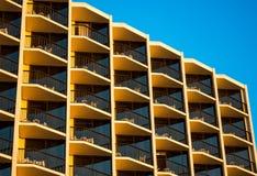 Μπαλκόνια ξενοδοχείων στο ηλιοβασίλεμα Στοκ φωτογραφία με δικαίωμα ελεύθερης χρήσης