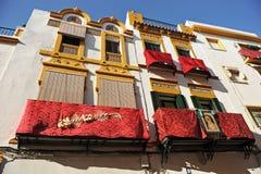 Μπαλκόνια τετάρτων Triana κατά τη διάρκεια της ιερής εβδομάδας, Σεβίλλη, Ανδαλουσία, Ισπανία στοκ εικόνες με δικαίωμα ελεύθερης χρήσης