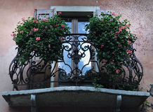 Μπαλκόνι με τα λουλούδια στοκ εικόνες με δικαίωμα ελεύθερης χρήσης