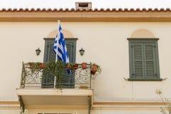 Μπαλκόνι παραδοσιακού κτηρίου με την ελληνική σημαία στην περιοχή της Πλάκας, Athe Στοκ Φωτογραφίες
