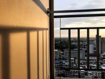 Μπαλκόνι σκιών αντανάκλασης το βράδυ Στοκ εικόνες με δικαίωμα ελεύθερης χρήσης