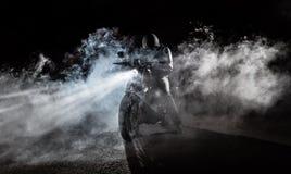 Μπαλτάς μοτοσικλετών υψηλής δύναμης τη νύχτα στοκ φωτογραφίες με δικαίωμα ελεύθερης χρήσης