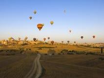 Μπαλόνια ζεστού αέρα ενάντια σε έναν σαφή μπλε ουρανό Στοκ Εικόνες