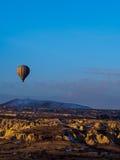 Μπαλόνια ζεστού αέρα που πετούν πέρα από το βουνό Στοκ εικόνα με δικαίωμα ελεύθερης χρήσης