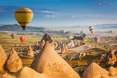 Μπαλόνια ζεστού αέρα που πετούν πέρα από Cappadocia, Τουρκία στοκ εικόνα