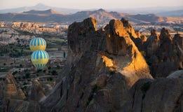 Μπαλόνια ζεστού αέρα που πετούν σε Cappadocia Στοκ Εικόνα