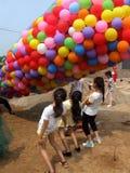 Μπαλόνια και κορίτσια Στοκ φωτογραφία με δικαίωμα ελεύθερης χρήσης