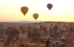 Μπαλόνια πέρα από Cappadocia Στοκ φωτογραφίες με δικαίωμα ελεύθερης χρήσης