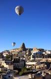 Μπαλόνια πέρα από Goreme Στοκ φωτογραφία με δικαίωμα ελεύθερης χρήσης