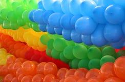 Μπαλόνια που δένονται ζωηρόχρωμα από τα χρώματα Στοκ Φωτογραφία