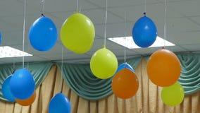 Μπαλόνια που κρεμούν από το σε αργή κίνηση βίντεο γενεθλίων ανώτατου εορτασμού απόθεμα βίντεο