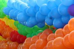 Μπαλόνια που ομαδοποιούνται ζωηρόχρωμα από τα χρώματα Στοκ Φωτογραφίες