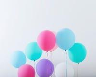 Μπαλόνια στο άσπρο ξύλινο υπόβαθρο Στοκ Φωτογραφία