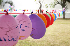 Μπαλόνι για τις εξαρτήσεις που παίζουν στο έδαφος παιχνιδιού Στοκ Εικόνες