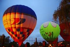 Μπαλόνι ζεστού αέρα που αρχίζει να πετά στον ουρανό βραδιού Στοκ Εικόνες