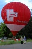 Μπαλόνι ζεστού αέρα που αρχίζει να πετά στον ουρανό βραδιού Στοκ Εικόνα