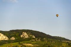 Μπαλόνι ζεστού αέρα που επιπλέει πέρα από τα βουνά και την οινοποιία στο νότο Mora Στοκ Εικόνες