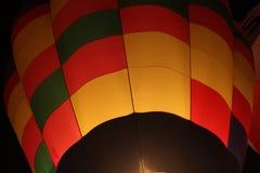 Μπαλόνι ζεστού αέρα που διογκώνει τη νύχτα Στοκ Εικόνα