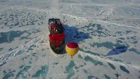 Μπαλόνι ζεστού αέρα που πετά επάνω από τον πάγο απόθεμα βίντεο